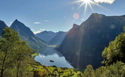 hjorundfjordenorjan bertelsen 2500x1250